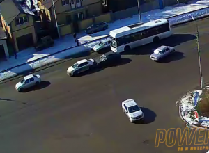 Остановившаяся посреди дороги машина спровоцировала ДТП в Волжском