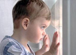 Двухлетний ребенок выпал из окна пятого этажа в Волжском