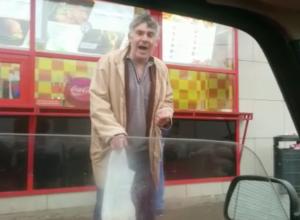 Музыкант устроил уличный концерт ради мелочи в Волжском