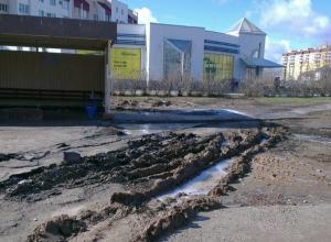 Грузовики «Покупочки» в Волжском изуродовали асфальт на остановке и перепахали зеленую зону
