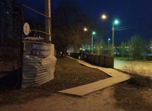Долголетними деревянными настилами на улице Дружбы заинтересовались власти Волжского