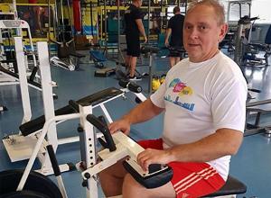 Глава Волжского Игорь Воронин освоил fitnes-selfie в красных шортах