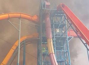 «Аквапарк в огне!», - люди задыхались от едкого дыма из-за сильного пожара у водного комплекса в Волжском