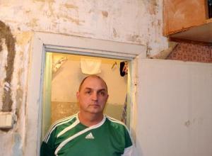 В Волжском волонтёры пообещали постелить линолеум инвалиду по зрению Олегу Бикбаеву