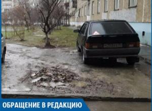 Автохам вынудил маленьких пешеходов тонуть в грязи Волжского