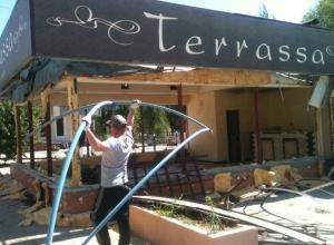 Пожар в кафе Terrassa в Волжском потушили, а потом продолжили его ломать