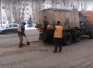 В Волжском продолжают знаменитый зимний ремонт дорог