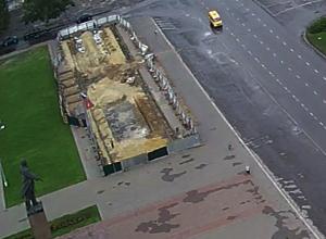 Распиаренная реконструкция на месте снесенной трибуны намертво застыла на площади Ленина в Волжском