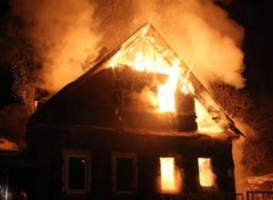 Труп неизвестного мужчины нашли в горящем доме в Среднеахтубинском районе