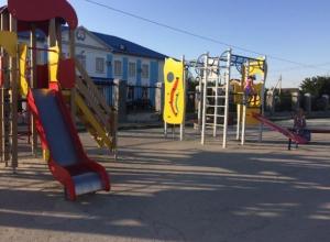Шикарную игровую площадку сделали для жителей VIP-коттеджей в поселке Рабочий в Волжском