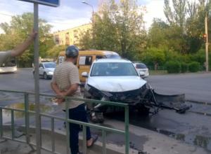 Volkswagen и Toyota разбились всмятку во время ДТП в Волжском