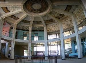 Масштабной красотой и пронзительной грустью поразило здание заброшенного речпорта в Волжском