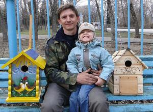 Маршрутчик за девять лет сделал и повесил в Волжском 300 скворечников