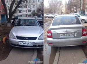 Автохам устроил парковку прямо на пешеходной дорожке в Волжском