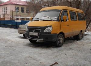 Семь припаркованных авто насчитали на спортплощадке в Волжском