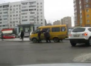 Водитель иномарки избил волжанку за порчу авто