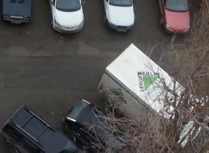Водитель паркует на ночь грузовик, затрудняя проезд во дворе многоэтажки в Волжском