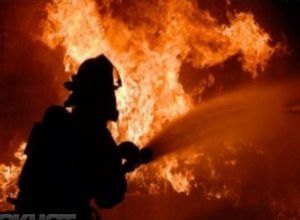 Телефонный кабель стал причиной пожара в многоэтажке в Волжском