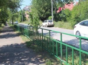 Власти города решили активно огородить проезжую часть от пешеходных тротуаров в Волжском