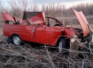 Советский автомобиль вдребезги разбился об трактор в Быковском районе