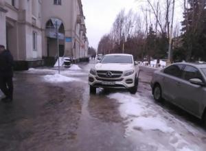 Автохам на Mercedes нарушил несколько правил парковки в Волжском