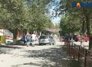 Автомобилист, разъезжающий по тротуару, напугал волжанку