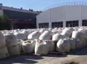 Свалку опасного карбамата под открытым небом запечатлели на заводе в Волжском