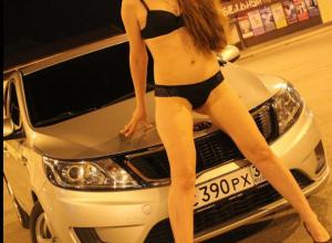 Сексуальная шатенка из Волжского устроила эротическую съемку у авто, несмотря на прохладную ночь