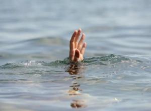 В Среднеахтубинском районе из оросительного канала достали мертвую женщину
