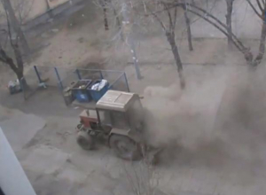 Волжская управляющая компания подняла пыль во дворе до первого этажа