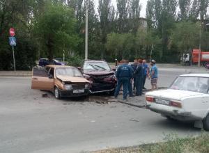 Внедорожник Toyota и «ВАЗ» не поделили дорогу в Волжском