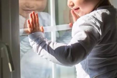 Волжан продолжают поражать случаи выпадения малышей из окон