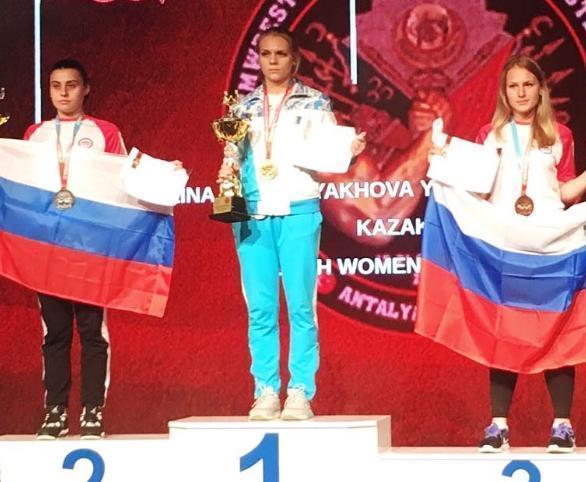 Мировую бронзу по армрестлингу выиграла школьница из Волжского
