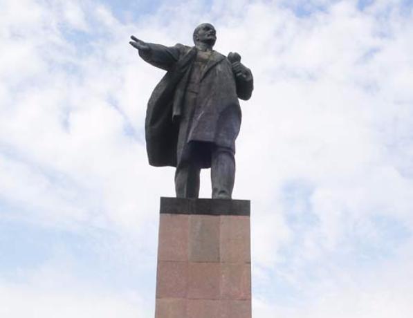Главного Ленина Волжского помыли перед днем рождения