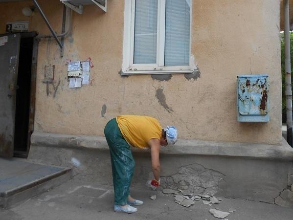 Управкомпанию из Волжского заставили отремонтировать крошащийся дом