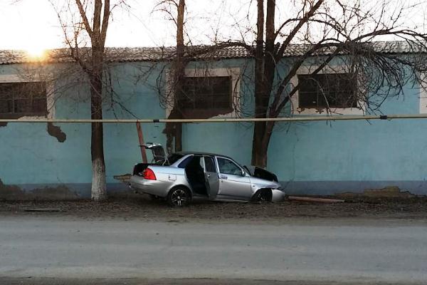 В Палласовке водитель на «Приоре» снес опору газовой трубы
