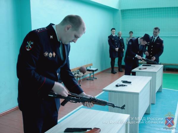 Волжские кадеты пытались быстрее полицейских разобрать автоматы и пистолеты
