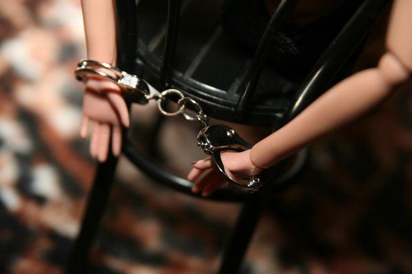 видео девушка закована в наруники