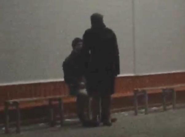 В халате и тапочках: мужчина прогулялся по улицам Волжского как дома
