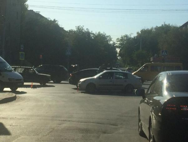 Две легковушки не разъехались на широком перекрестке в Волжском