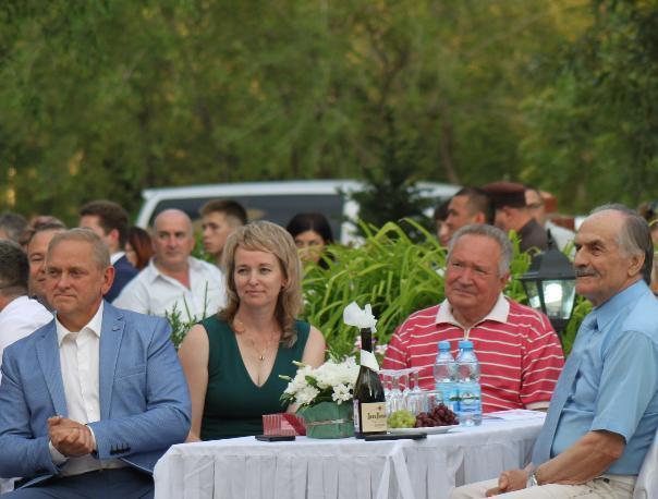Бывший губернатор засветился в Волжском на вручении наград