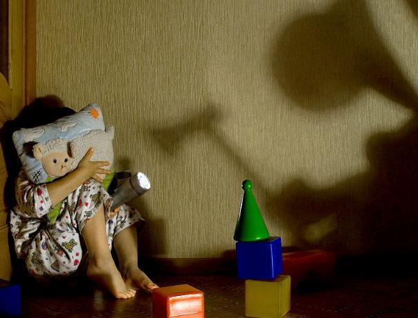 Монстры в шкафу и пугающая темнота: психолог о детских страхах