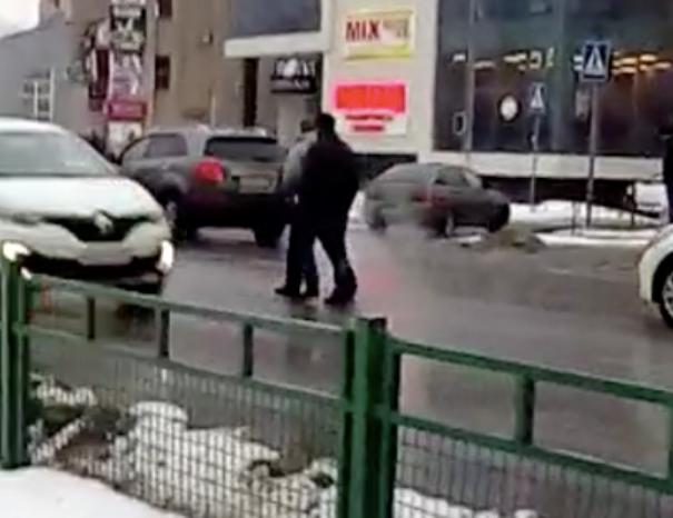 Бессмертные пешеходы прогулялись по проезжей части в Волжском