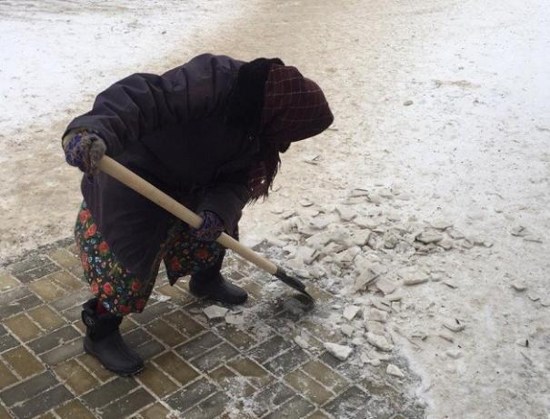 80-летняя волжанка взялась за лопату в помощь дворникам
