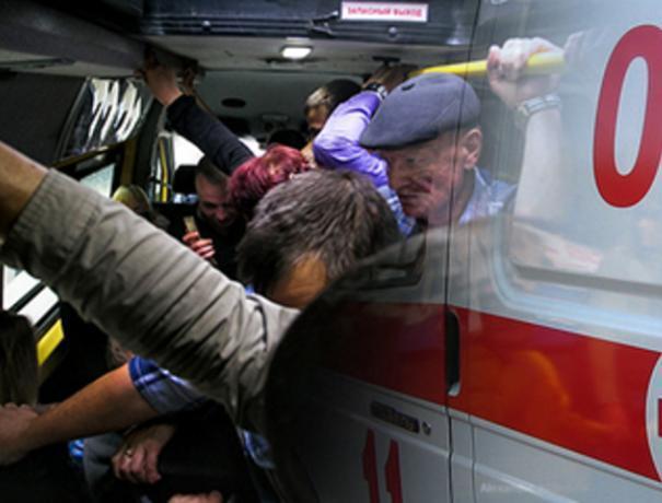 В Волжском пассажир в маршрутке получил увечье при падении