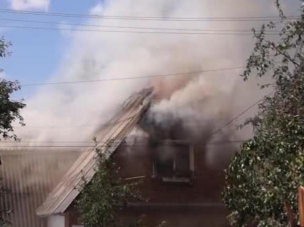 Трехэтажный дом полыхал в Среднеахтубинском районе