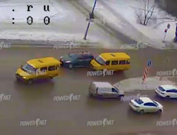 Нарушитель притер маршрутку посреди перекрестка в Волжском