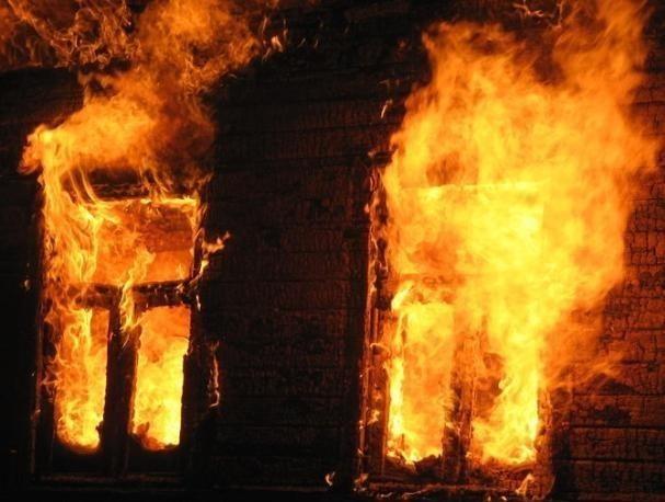 Полыхающий огонь «захватил» баню в Среднеахтубинском районе