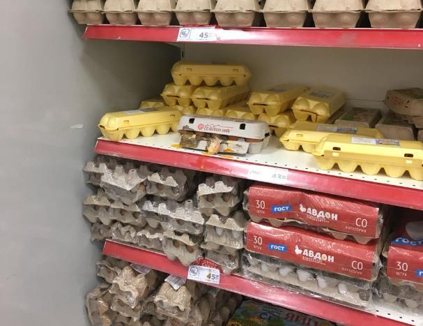 Беспорядок на полке с куриными яйцами нашел волжанин в «Магните»