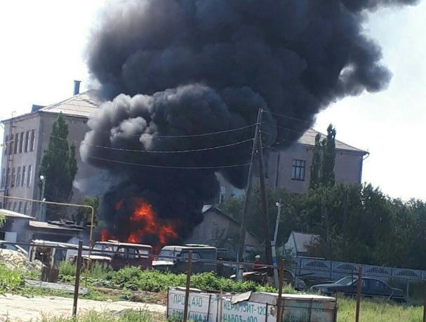 Пламя разрушительного пожара охватило два автомобиля в Волжском
